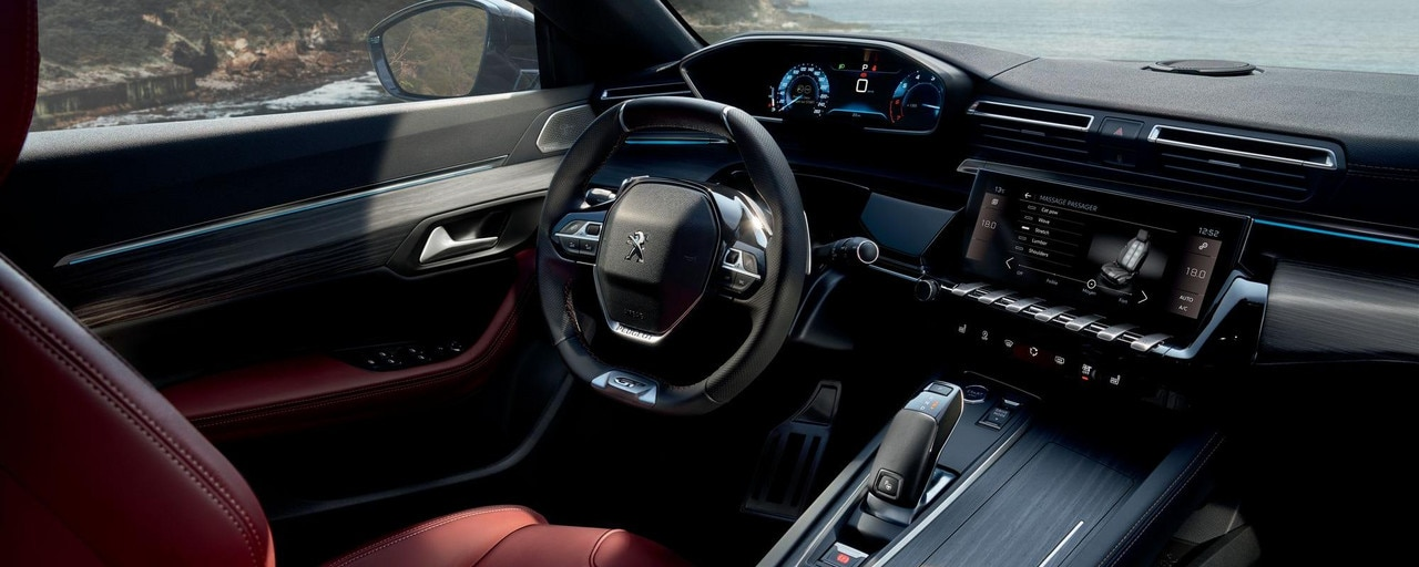 The i-Cockpit of the new PEUGEOT 508 SW, with head-up instrument panel and compact steering wheel.