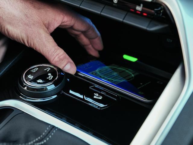 PEUGEOT 3008 SUV smartphone charging plate