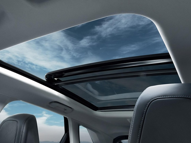 PEUGEOT 3008 SUV opening panoramic glass roof