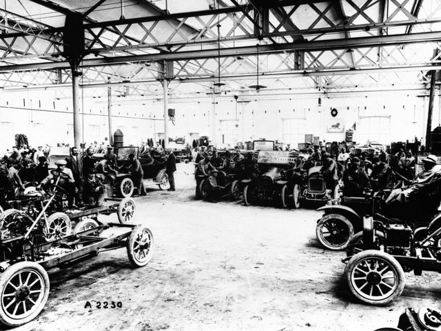 The family adventure – 1905 Peugeot Lion automobiles on the plant floor