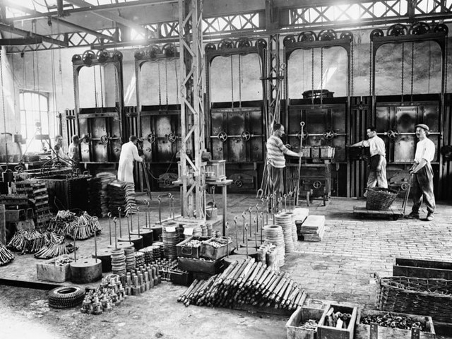 The family adventure – 1912 men at work in the Sochaux plant