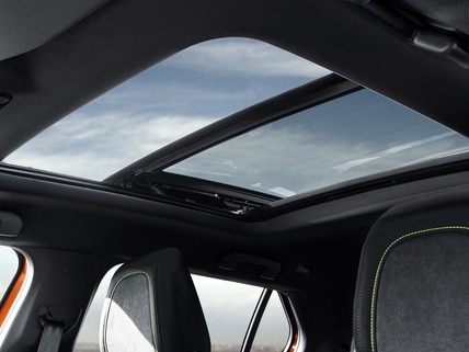 ALL-NEW PEUGEOT 2008 SUV: spoiler sun roof